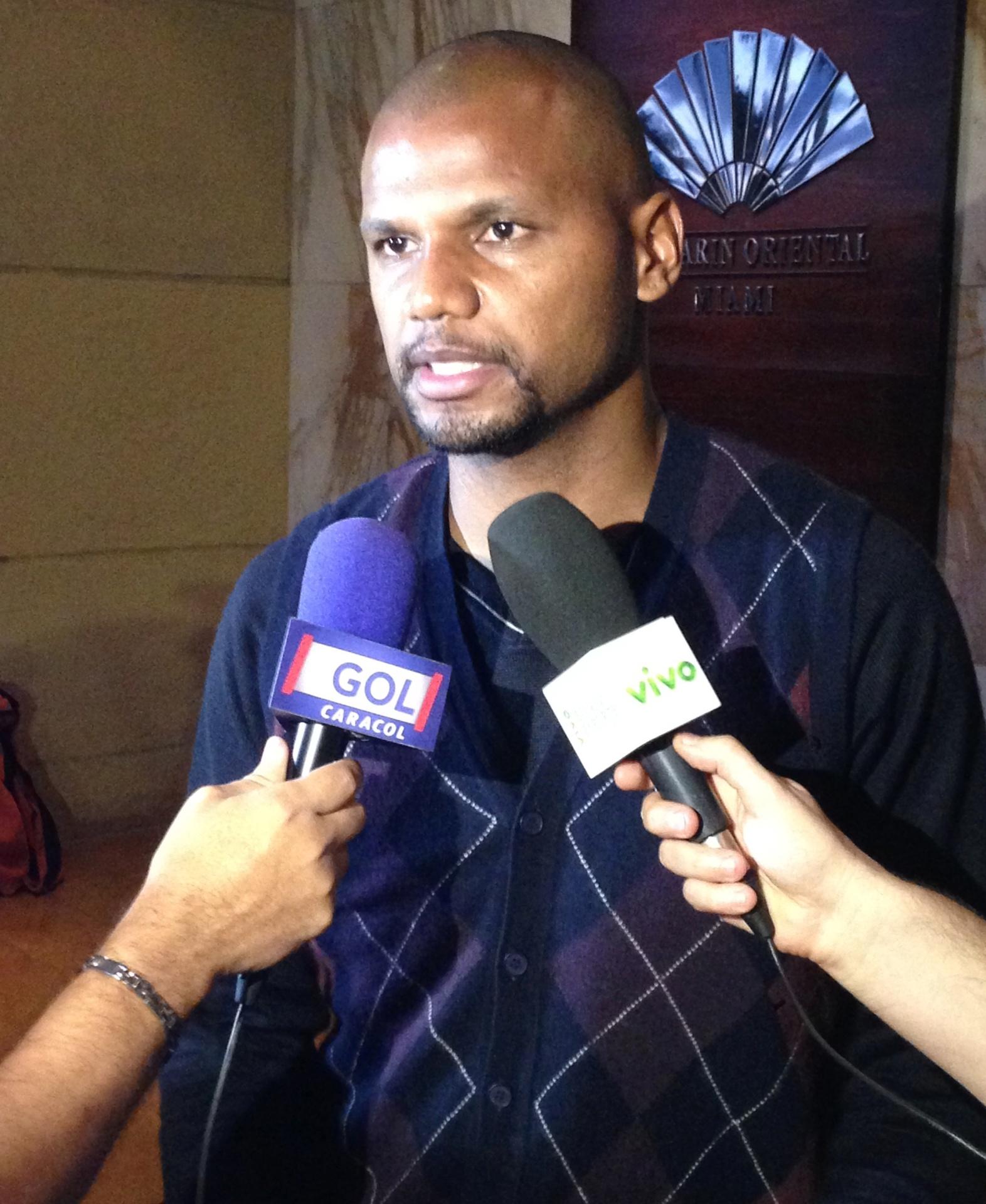 01. set. 2014 - Goleiro Jefferson conversa com jornalista na chegada da seleção brasileira ao hotel, nos EUA