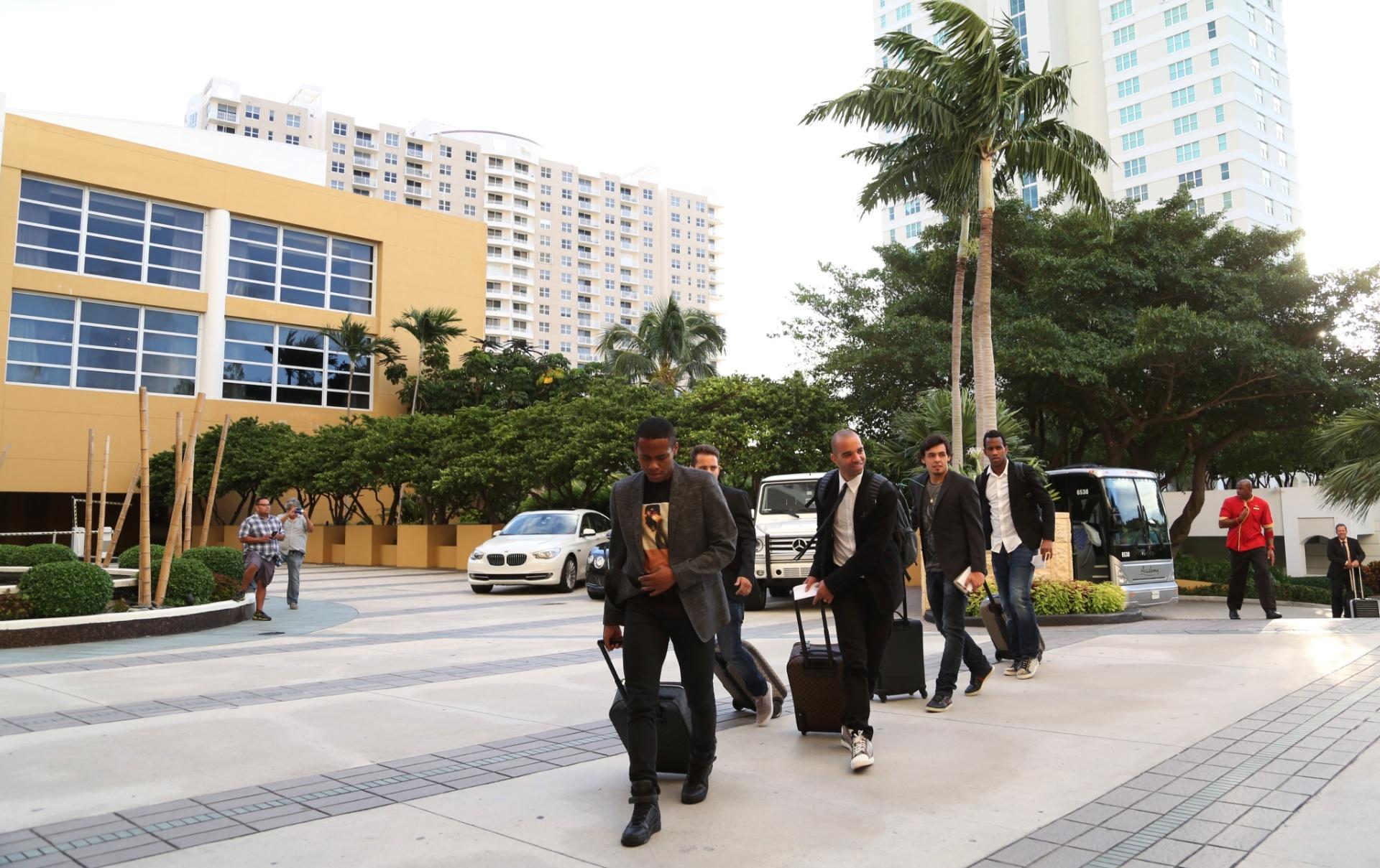 01. set. 2014 - Jogadores chegam ao hotel em Miami. Time fará amistosos contra Colômbia e Equador