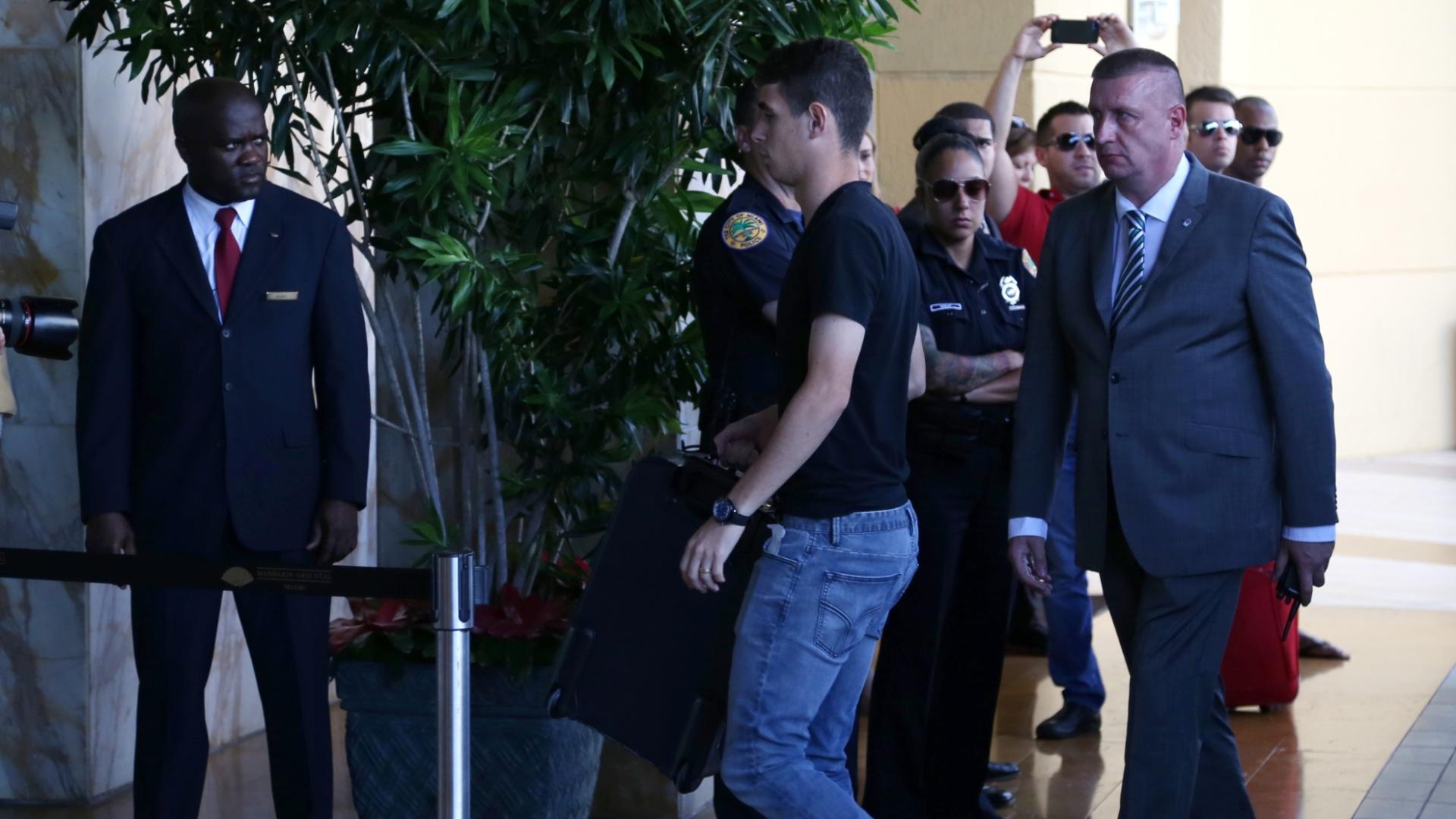 01. set. 2014 - Oscar chega a hotel da seleção brasileira, em Miami