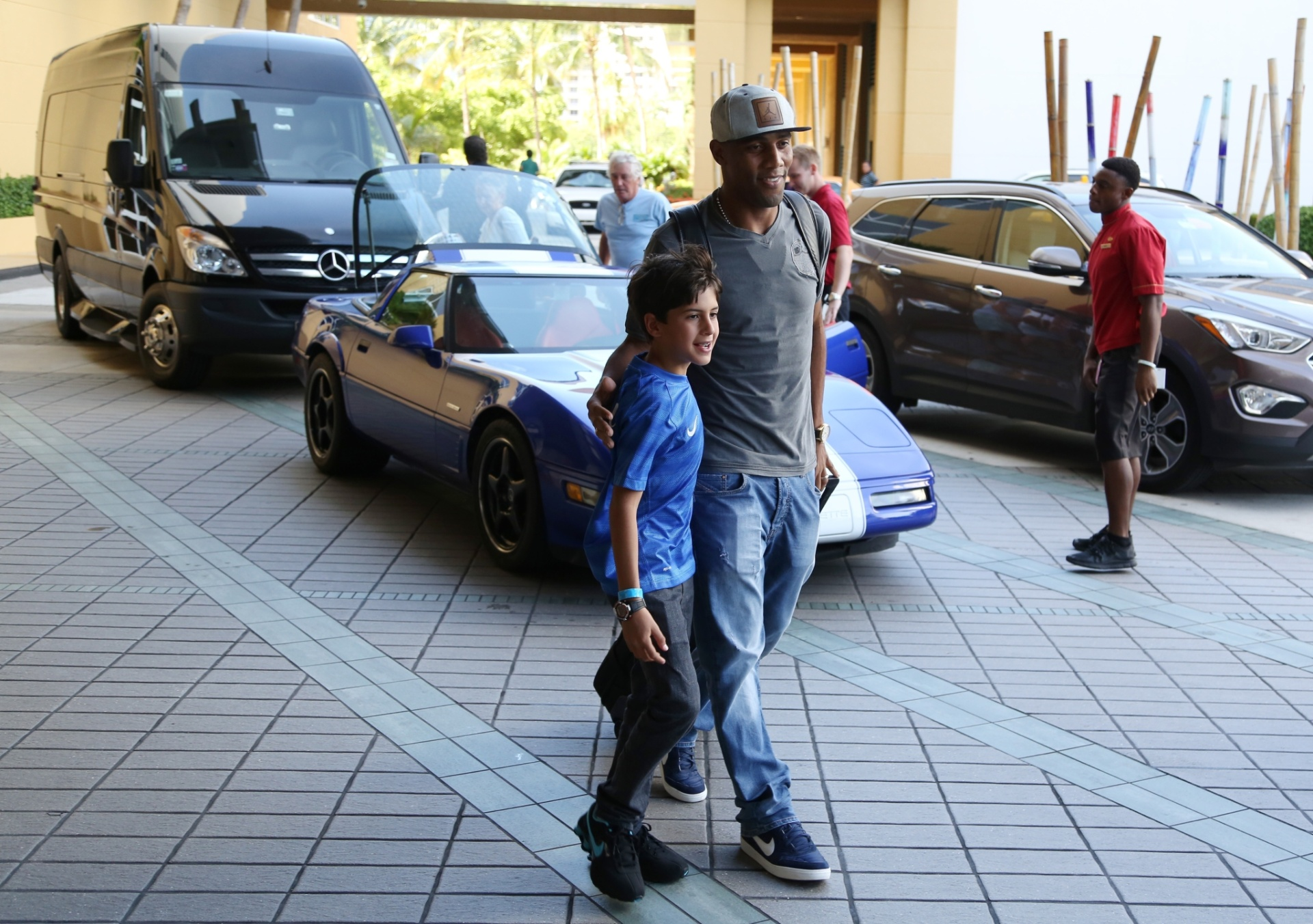 01. set. 2014 - Maicon é o último jogador da seleção brasileira a chegar ao hotel, em Miami, onde o Brasil enfrenta a Colômbia, na sexta (5)