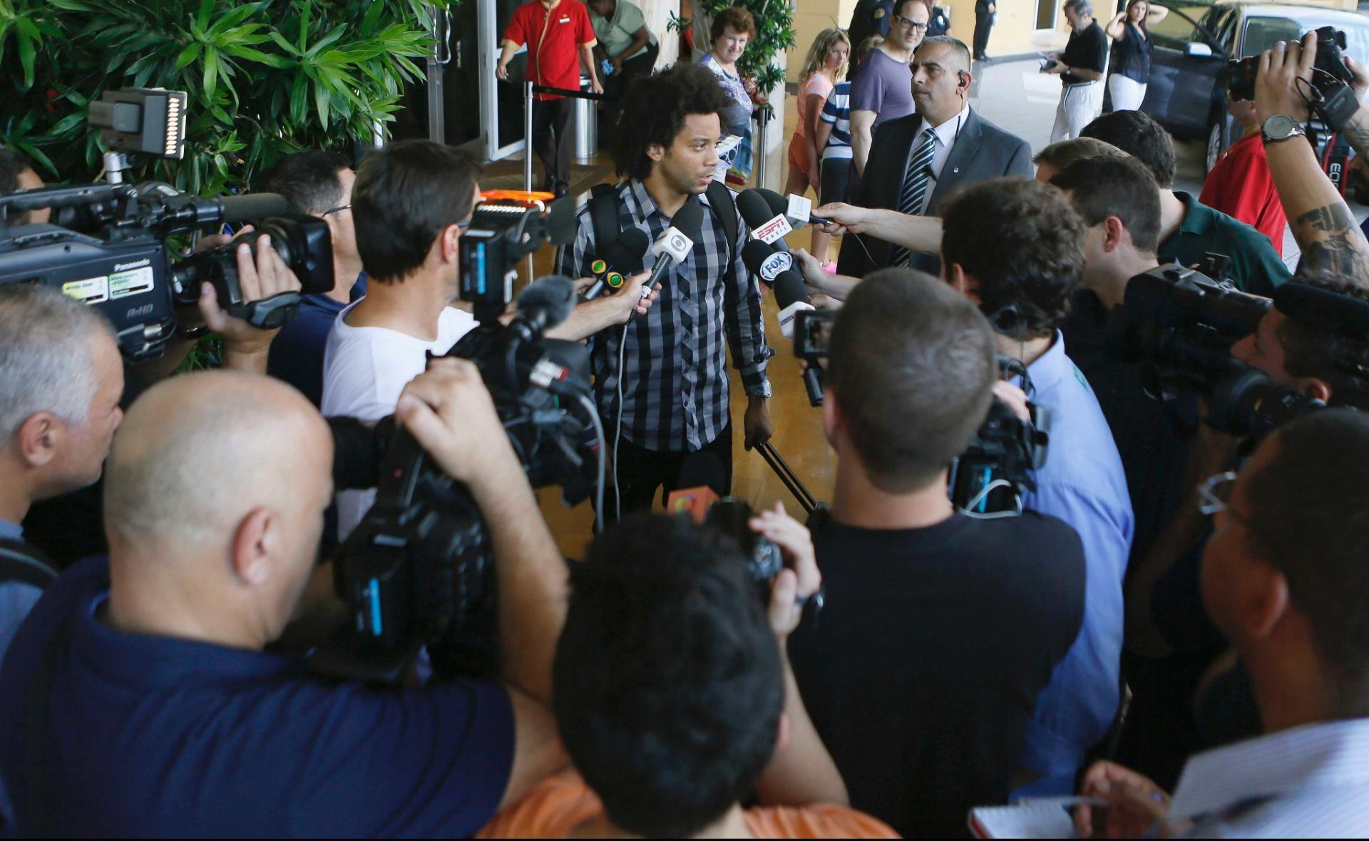 01. set. 2014 - Marcelo desembarca nos EUA e concede entrevista aos jornalistas, no hotel da seleção brasileira, em Miami