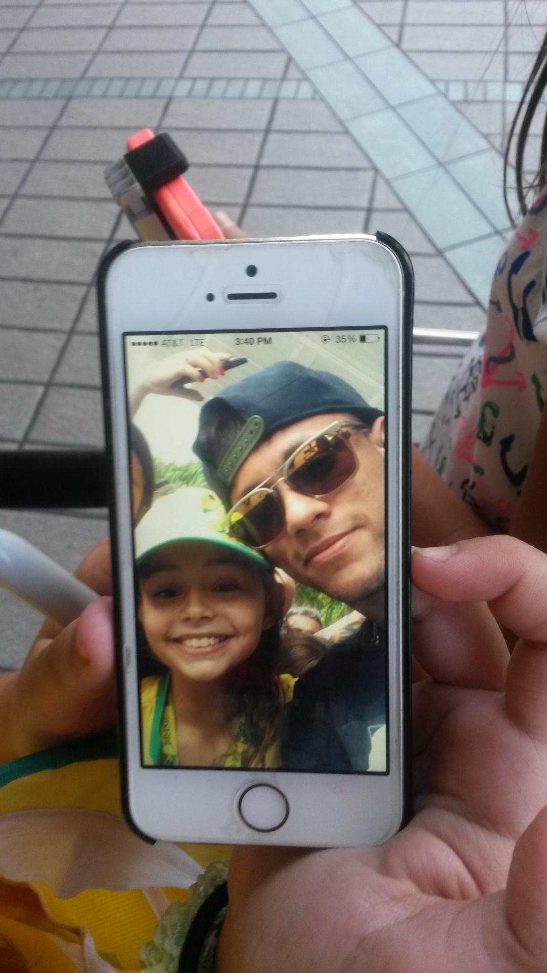 01. set. 2014 - Pequena torcedora do Brasil, fã de Neymar, mostra selfie que conseguiu tirar com o jogador na chegada ao hotel, em Miami