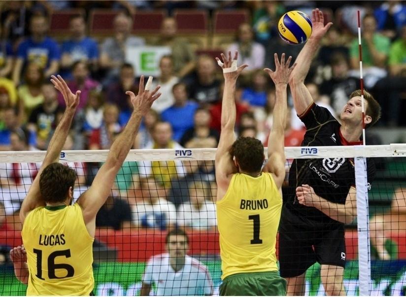 01.set.2014 - Bloqueio brasileiro tenta parar ataque da Alemanha em estreia no Mundial