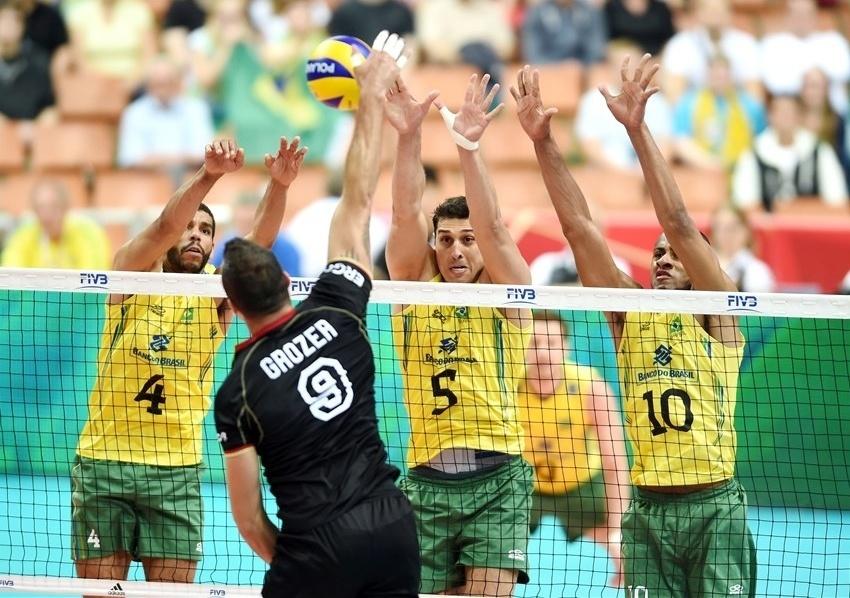 01.set.2014 - Bloqueio triplo do Brasil para ataque da Alemanha na estreia no Mundial