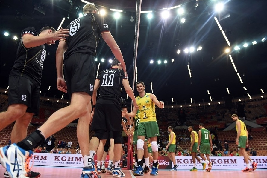 01.set.2014 - Brasileiros e alemães se cumprimentam na rede em estreia das duas equipes no Mundial