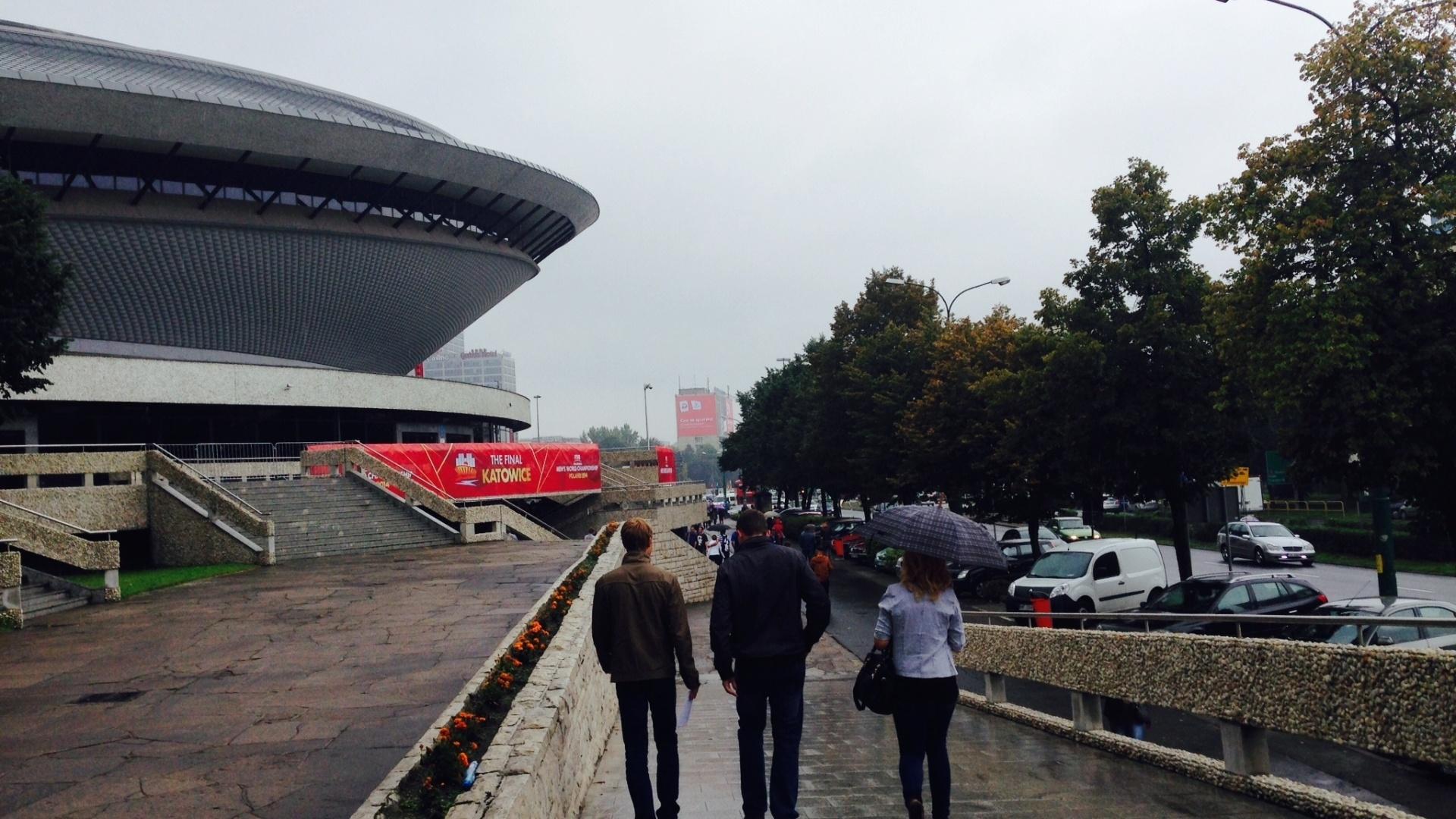 01.set.2014 - Debaixo de chuva, torcedores chegam para a partida entre Brasil e Alemanha