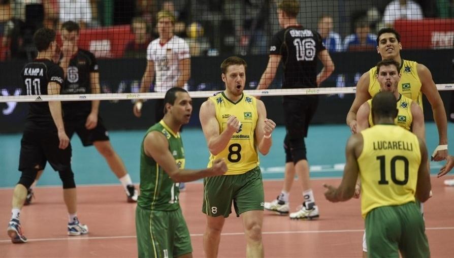 01.set.2014 - Jogadores brasileiros comemoram ponto na partida contra a Alemanha