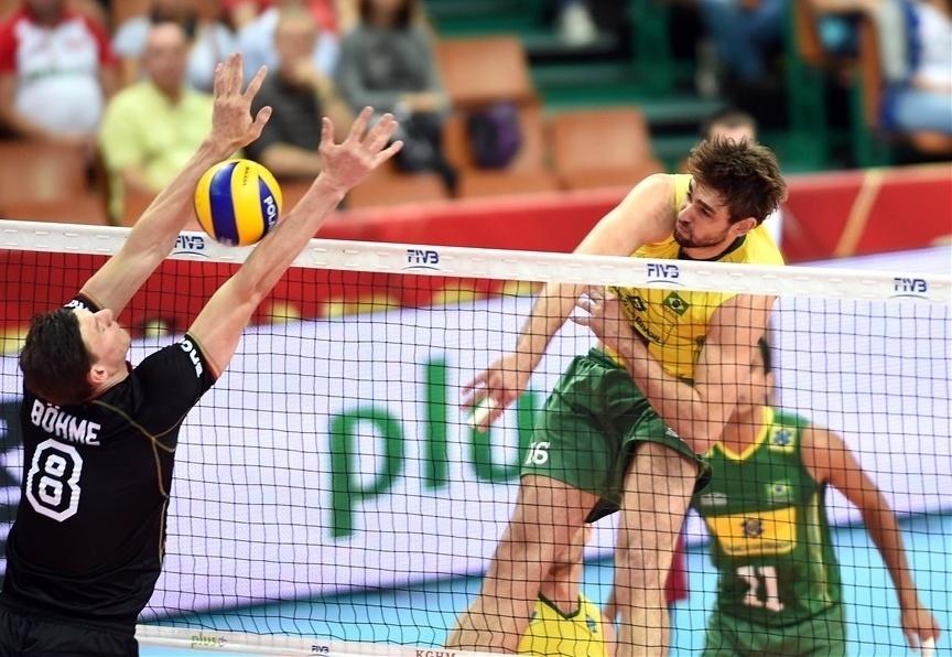 01.set.2014 - Lucão ataca para o Brasil na partida contra a Alemanha