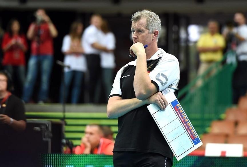 01.set.2014 - Técnico da Alemanha, Vital Heynen, observa seus comandados na derrota para o Brasil