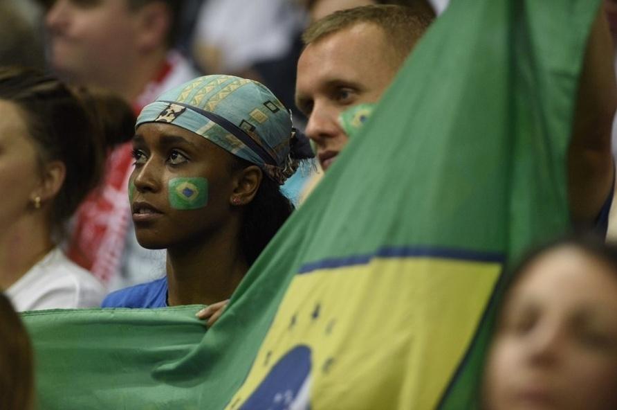 01.set.2014 - Torcedores brasileiros marcam presença na Polônia para estreia no Mundial