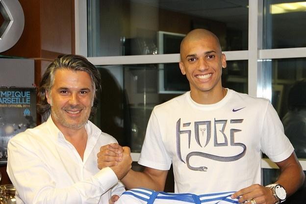 1 set. 2014 - Zagueiro Dória é apresentado pelo Olympique Marseille e assina contrato por cinco anos