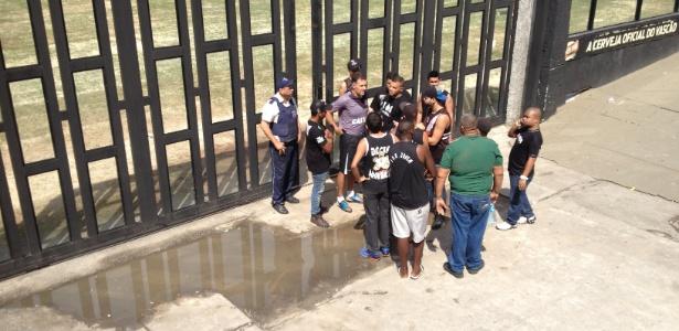 Organizada conversa com preparador de goleiros Carlos Germano
