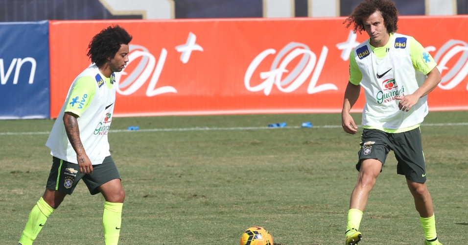 02. set. 2014 - Marcelo e David Luiz trabalham com bola nesta terça-feira (2) no primeiro treinamento da seleção brasileira nos EUA