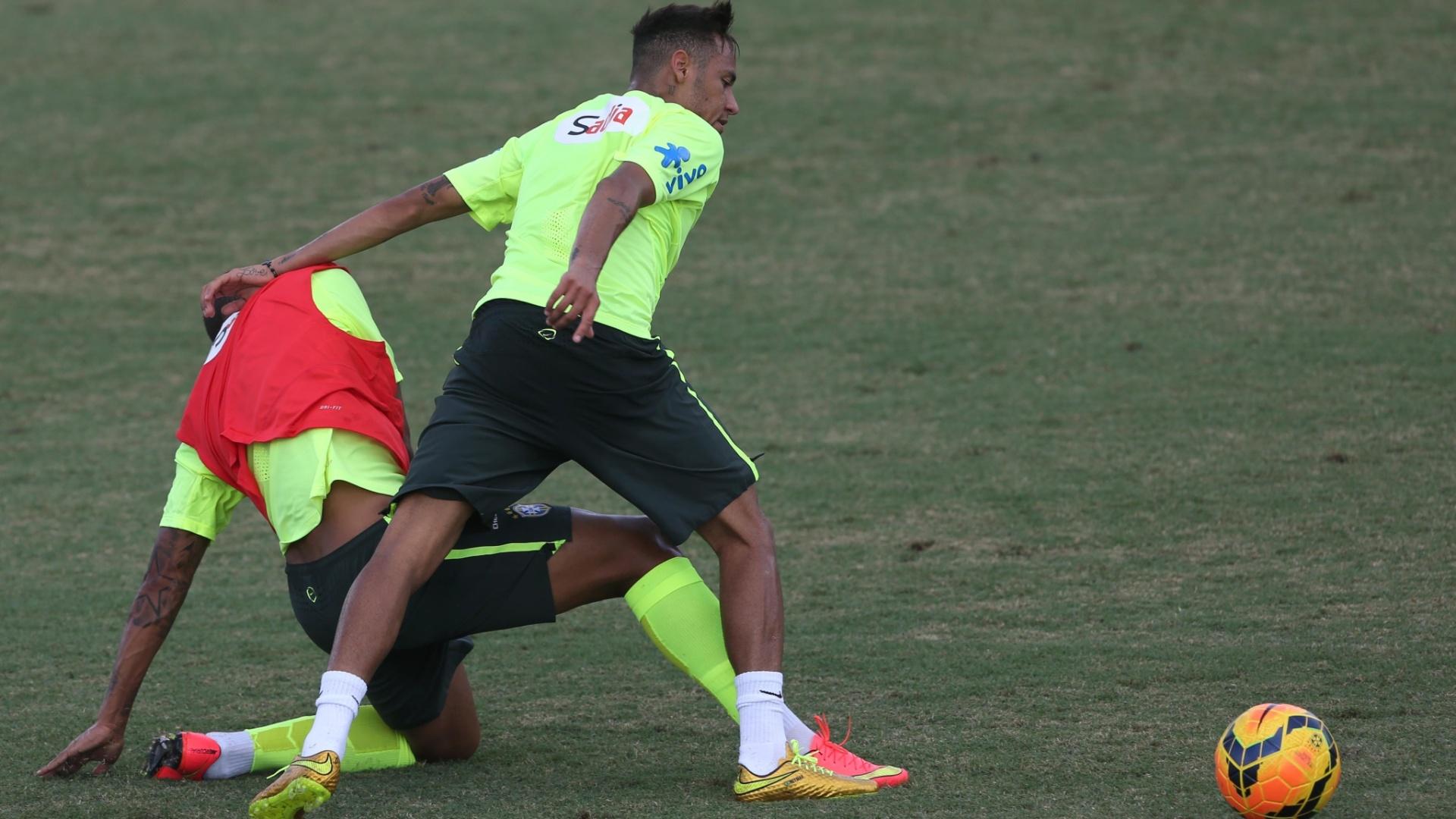 02. set. 2014 - Neymar disputa bola durante o primeiro treinamento da seleção brasileira sob o comando do técnico Dunga, nos Estados Unidos