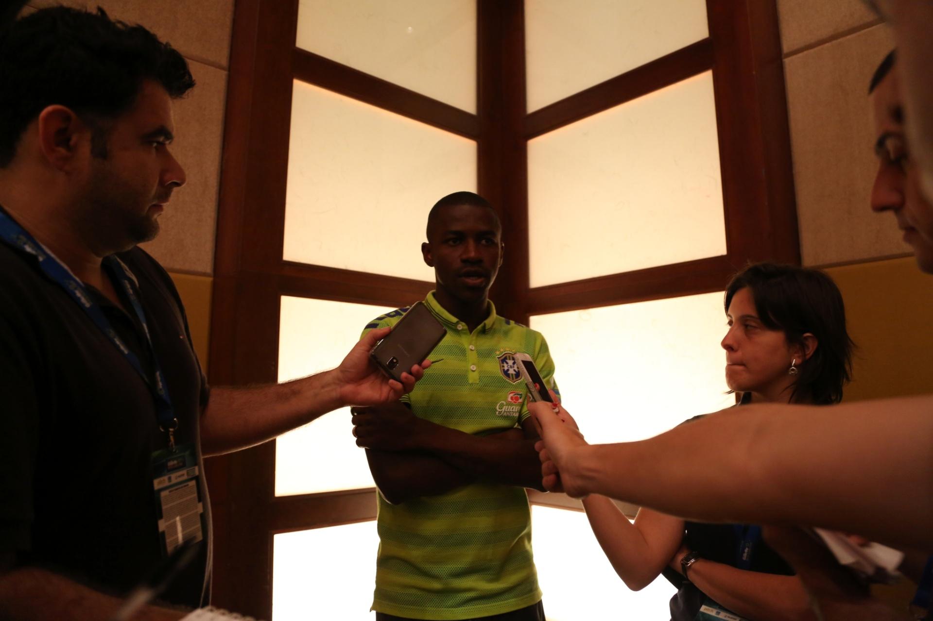 02. set. 2014 - Ramires conversa com jornalistas nesta terça-feira (2), em Miami, onde seleção joga contra a Colômbia, na sexta (5)