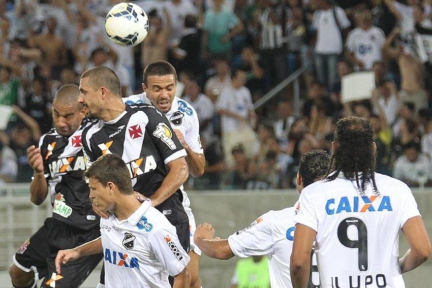 Jogadores de Vasco e ABC disputam bola aérea
