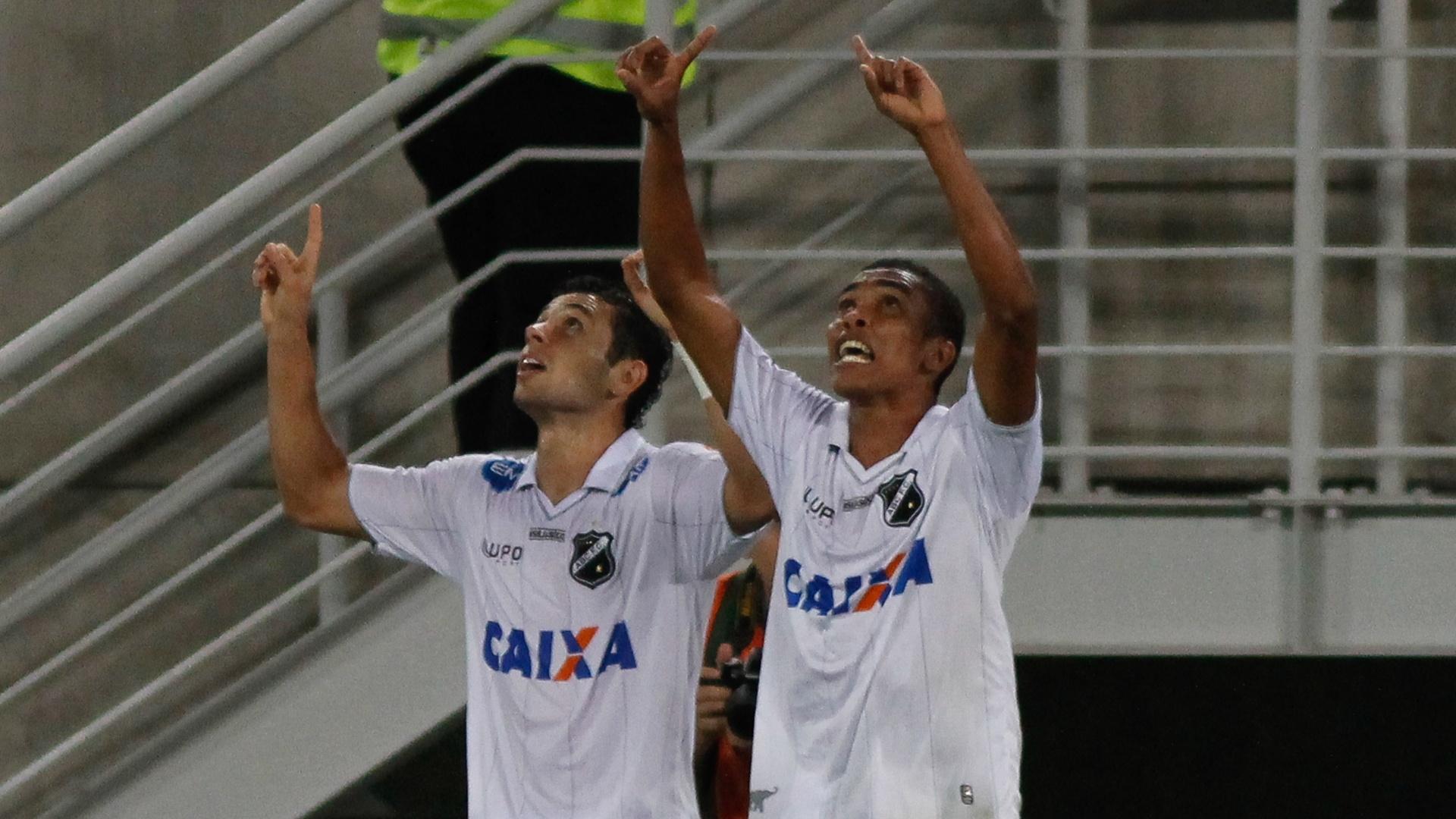 Jogadores do ABC comemoram gol contra o Vasco pela Copa do Brasil