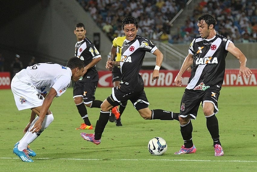 Kléber tenta passar pela marcação do ABC, em partida pela Copa do Brasil, na Arena das Dunas