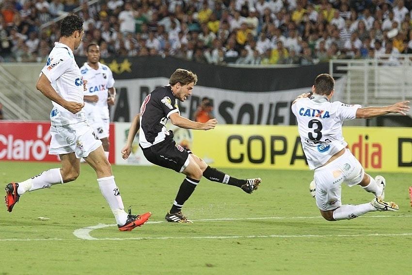 Maxi Rodríguez chuta para marcar o gol do Vasco