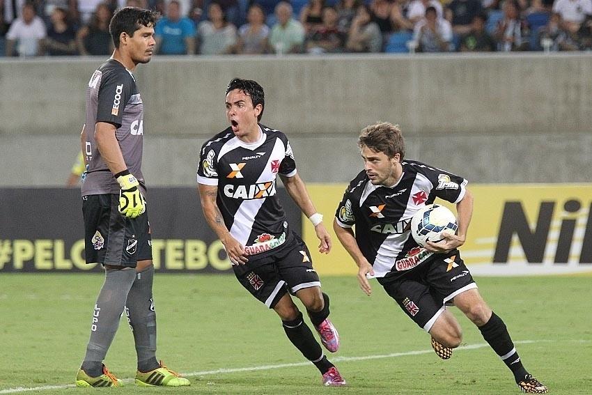 Maxi Rodríguez sai com a bola após marcar o gol do Vasco