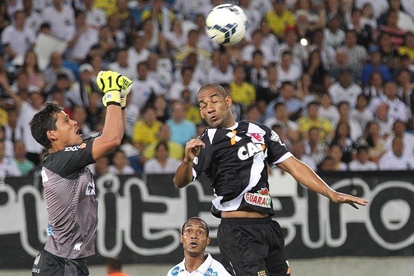 Zagueiro Rodrigo tenta disputar bola aérea com goleiro Gilvan, do ABC