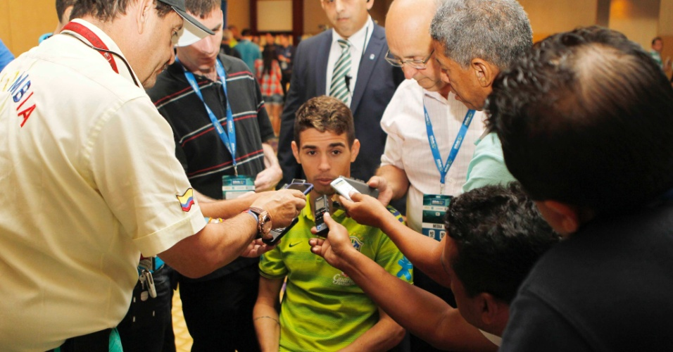03. set. 2014 - Jogador Oscar fala com jornalistas em coletiva da seleção brasileira, em Miami