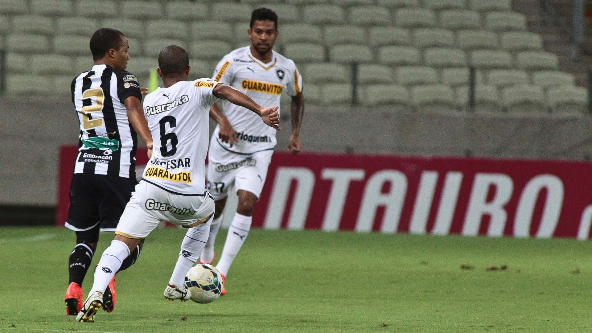 Júlio César tenta desarmar jogador do Ceará em partida do Botafogo pela Copa do Brasil
