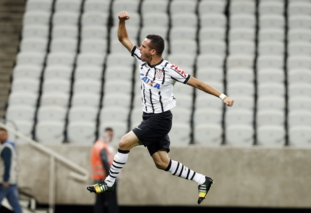 Renato Augusto comemora após abrir o placar para o Corinthians (03.set.2014)
