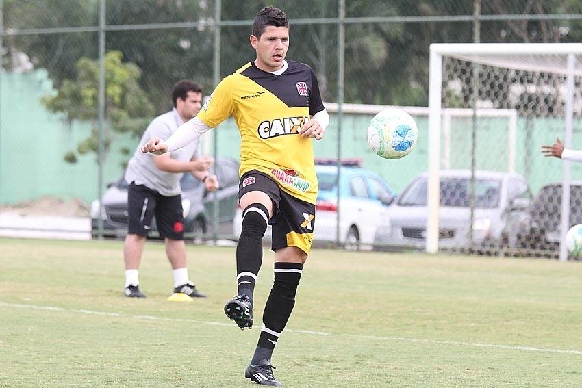 04 set. 2014 - Com carro de polícia ao fundo, lateral Diego Renan participa de treino do Vasco no CFZ