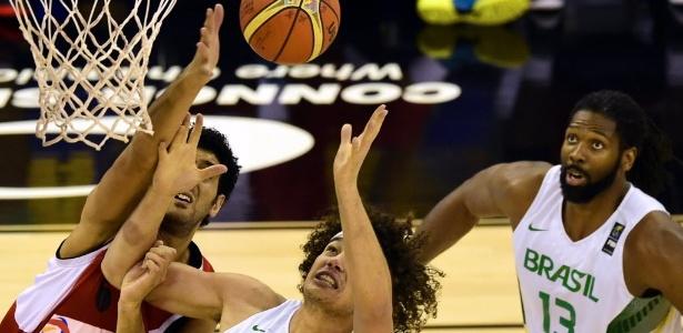 Anderson Varejão disputa bola no garrafão com Haytham Khamal, do Egito