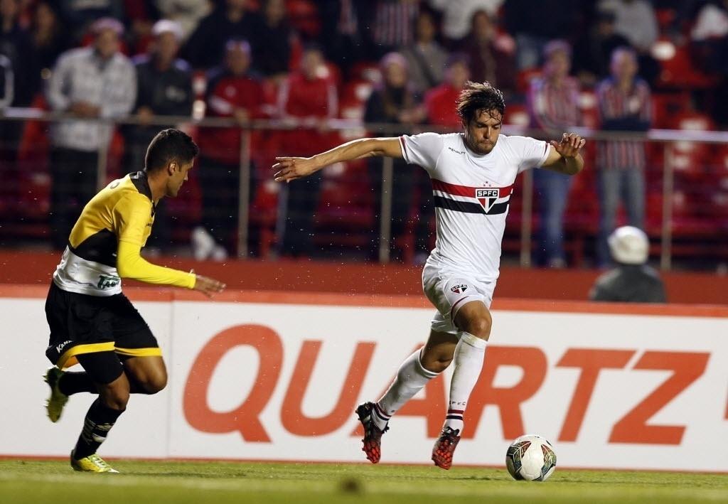Autor do segundo gol do São Paulo, Kaká faz jogada contra o Criciúma pela Sul-Americana