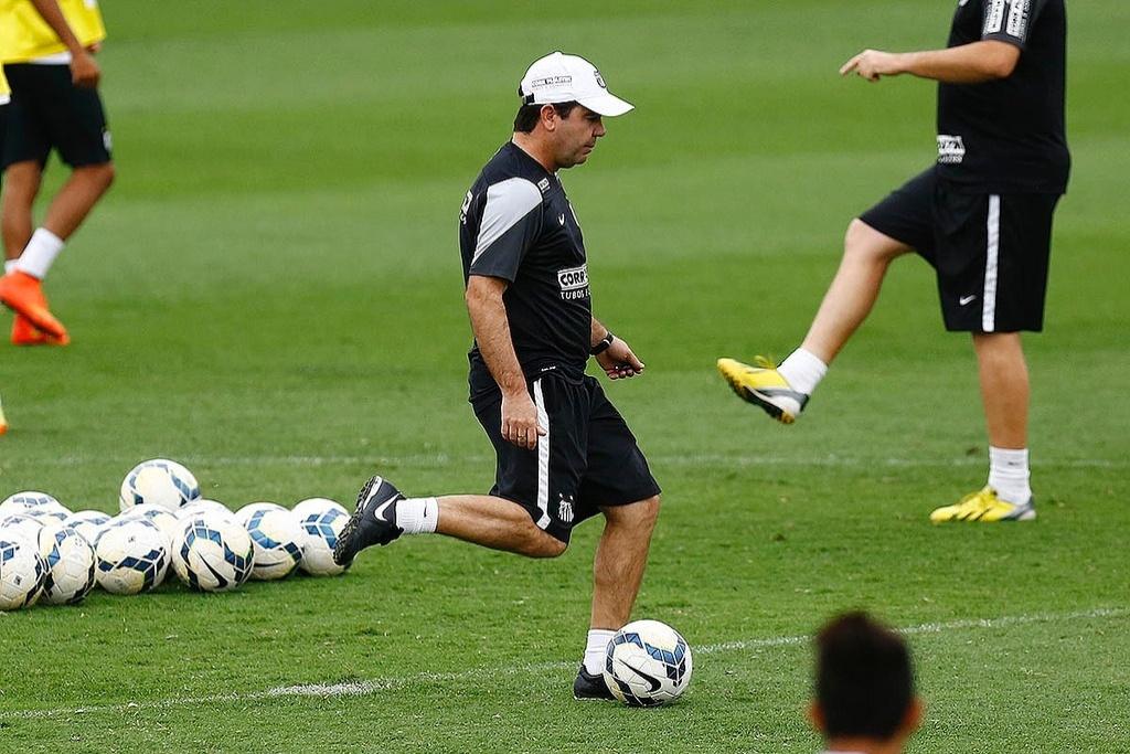 Enderson Moreira testou a pontaria dos atacantes do Santos em treino no CT