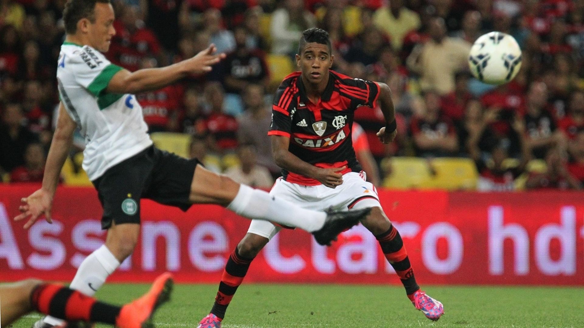 Gabriel disputa a bola para o Flamengo na partida contra o Coritiba pela Copa do Brasil