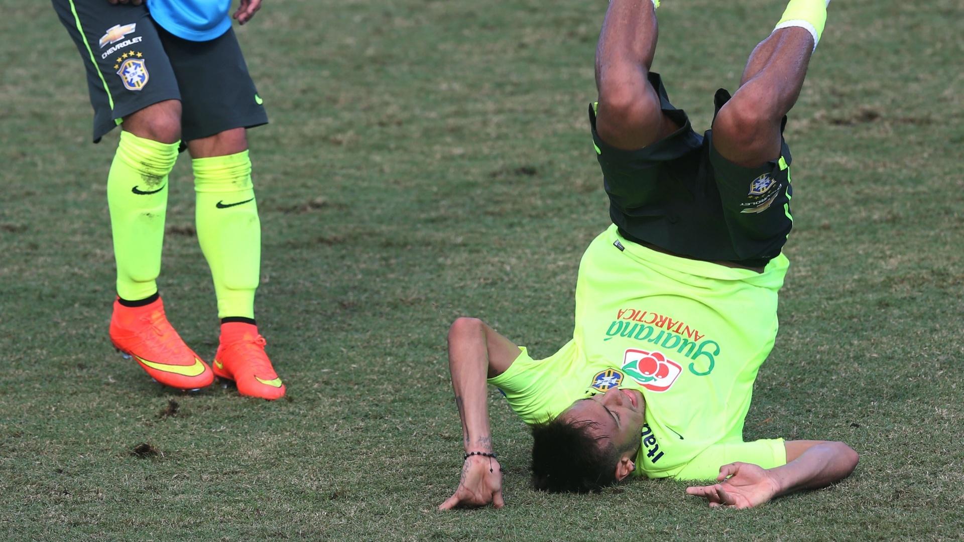 Neymar faz acrobacia com a bola