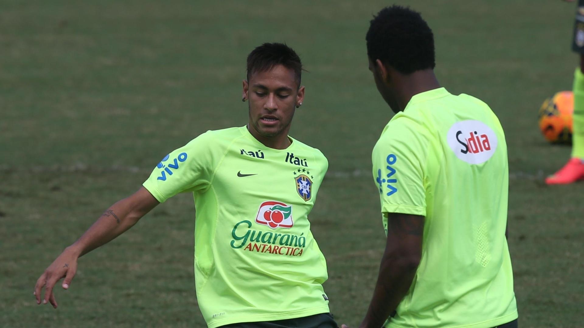 Novo capitão da seleção, Neymar dribla em treinamento