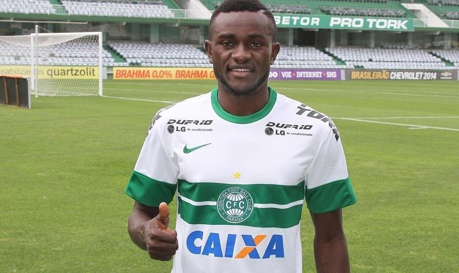 O atacante Joel faz sinal de positivo ao ser apresentado como jogador do Coritiba