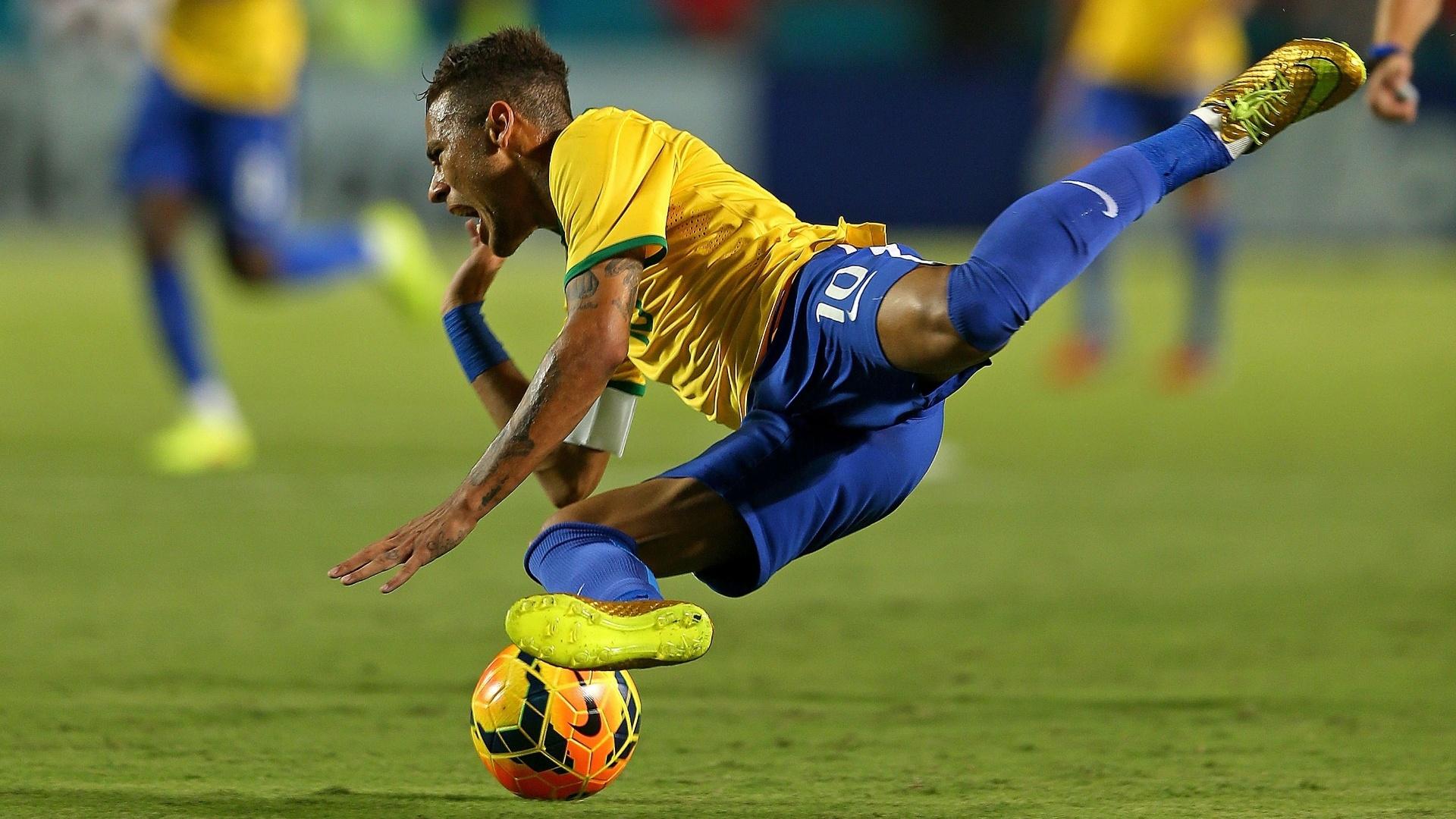 Neymar cai durante o jogo contra a Colômbia