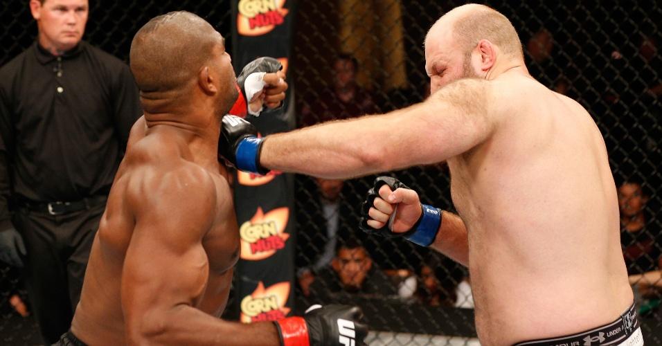 Ben Rothwell precisou de um golpe para nocautear Alistair Overeem no UFC: Jacaré x Mousasi