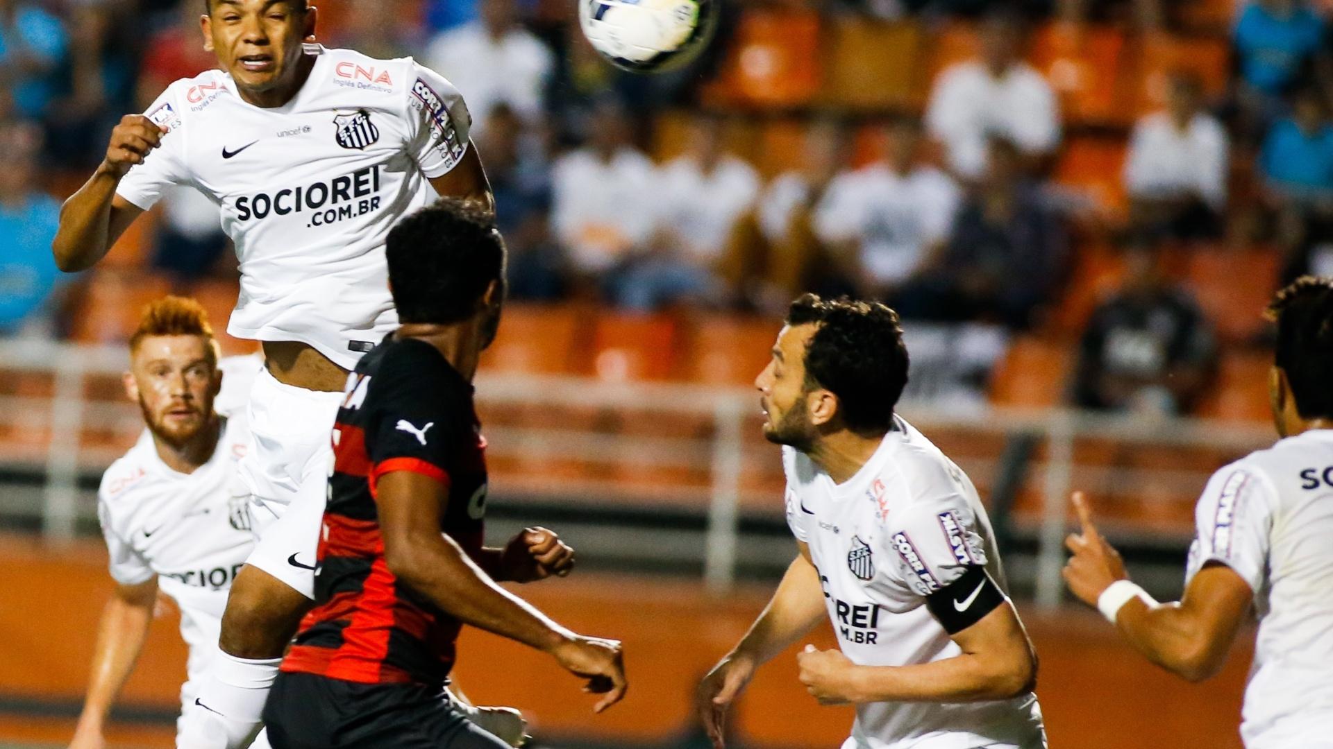 David Braz, autor dos dois gols do Santos, manda de cabeça contra a meta do Vitória