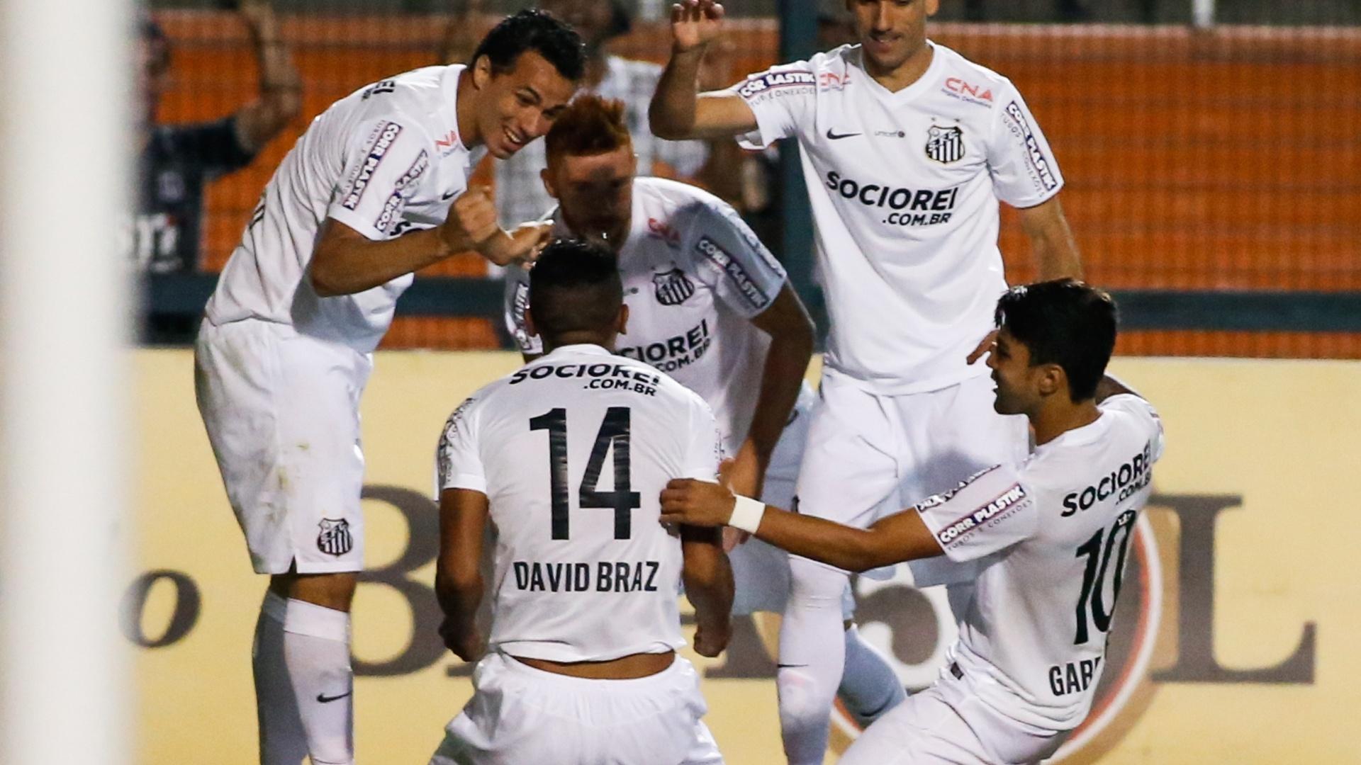 David Braz comemora gol do Santos contra o Vitória pelo Brasileirão