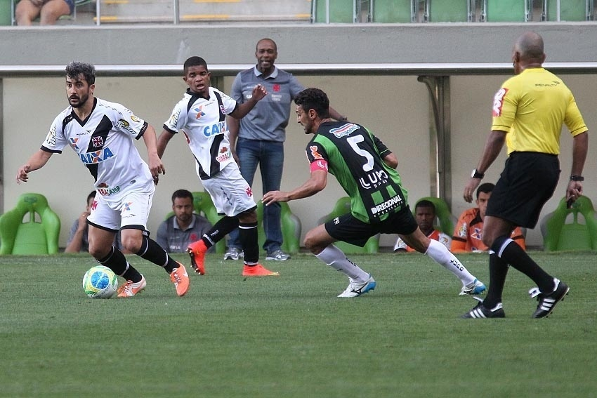 Douglas faz jogada pelo Vasco contra o América-MG pela Série B