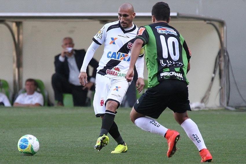 Guiñazu passa a bola na partida entre Vasco e América-MG pela Série B