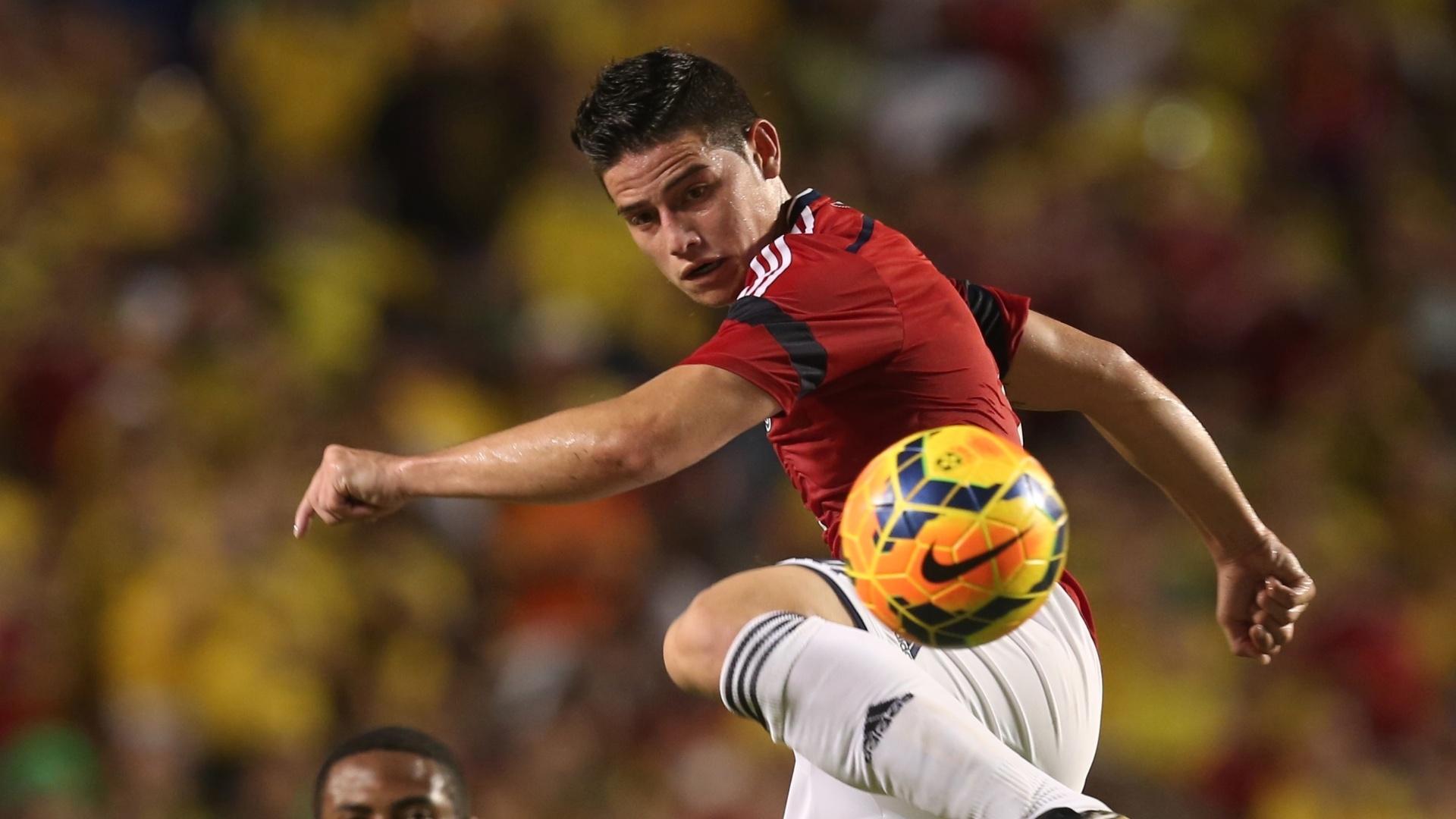 James Rodríguez domina a bola no ar acompanhado por Elias