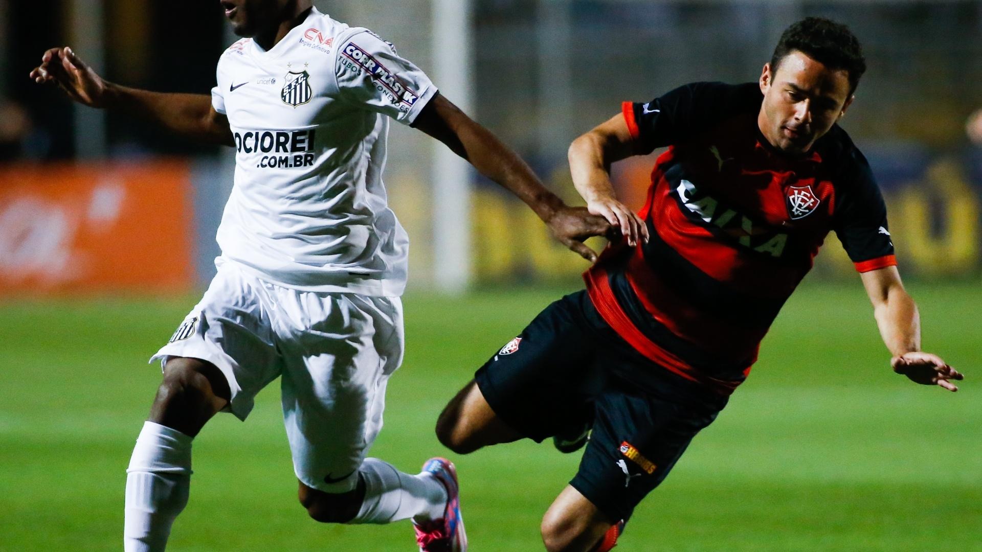Juan cai em disputa com Cicinho no jogo entre Santos e Vitória pelo Brasileirão