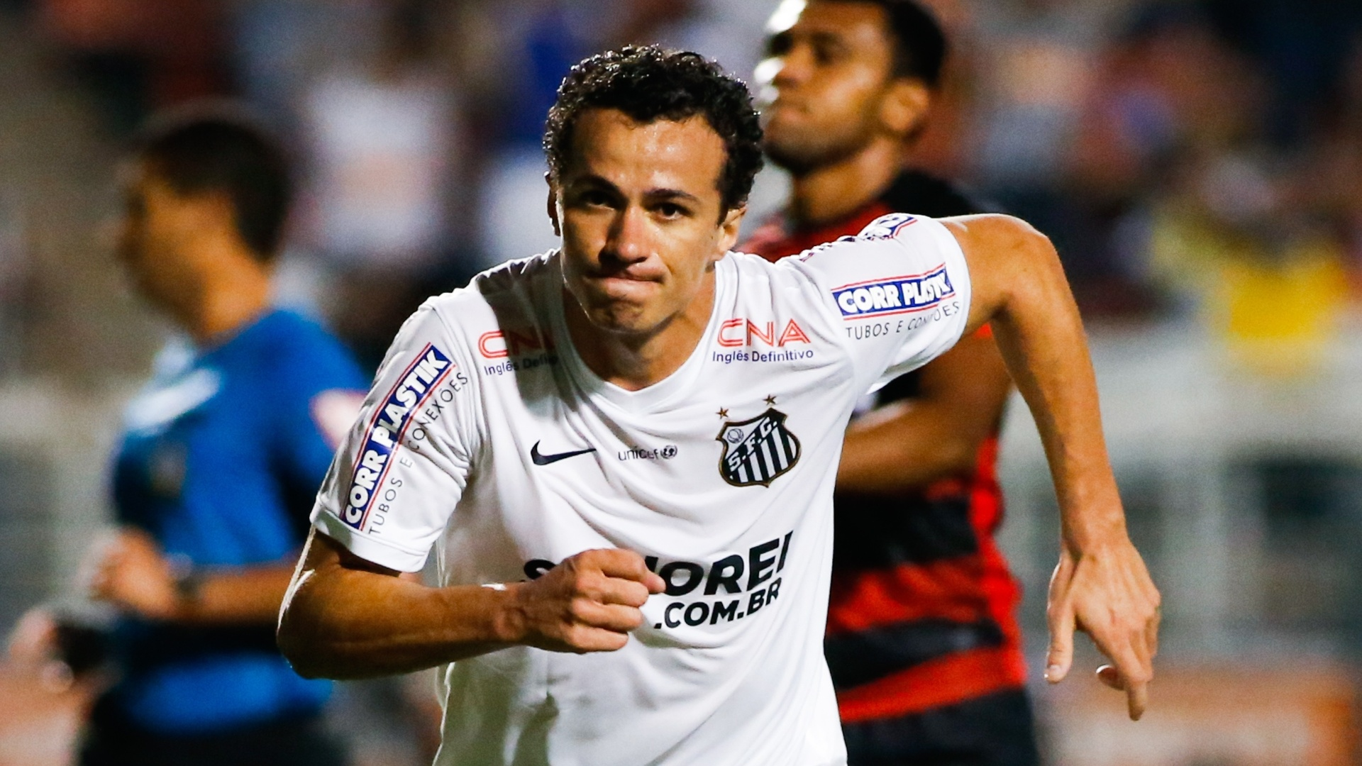Leandro Damião comemora gol do Santos contra o Vitória pelo Brasileirão