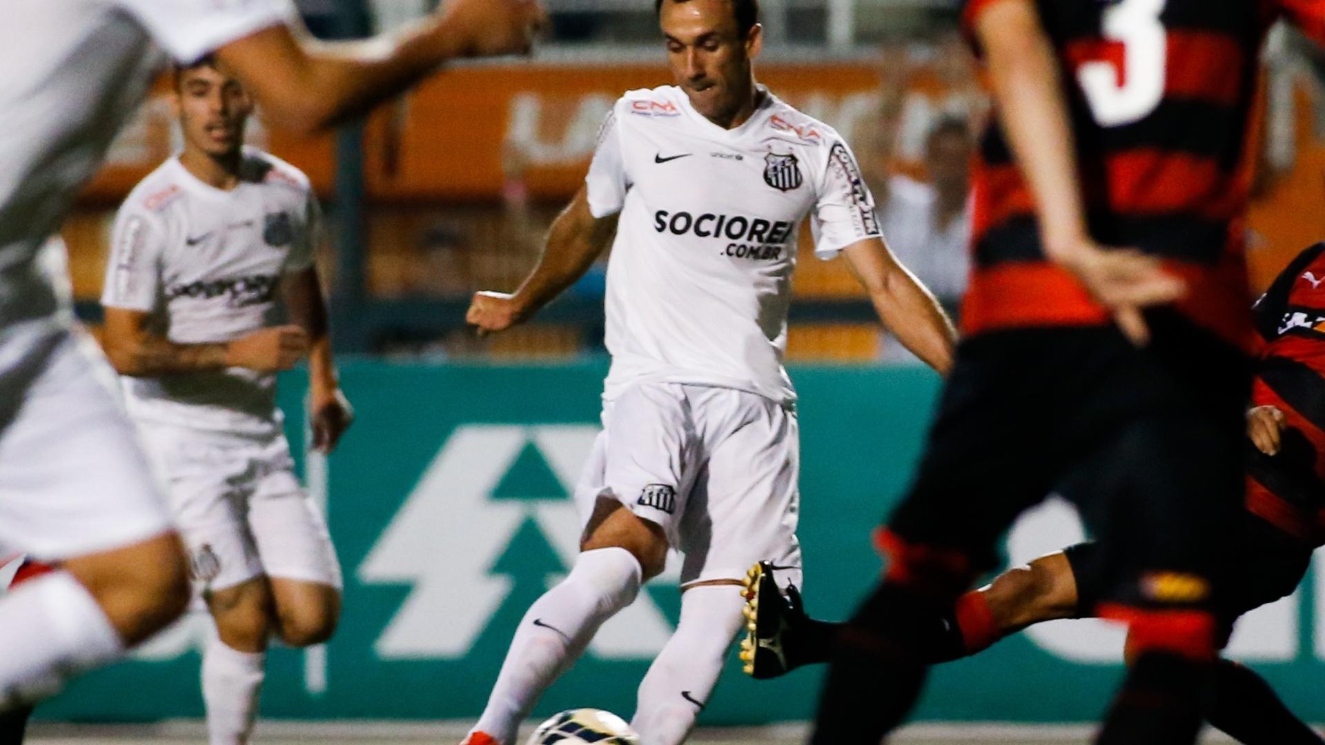 Thiago Ribeiro bate para o gol na partida entre Santos e Vitória pelo Brasileirão