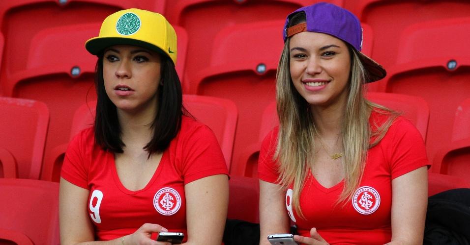 Belas torcedoras nas arquibancadas do Beira-Rio para jogo entre Inter e Figueirense
