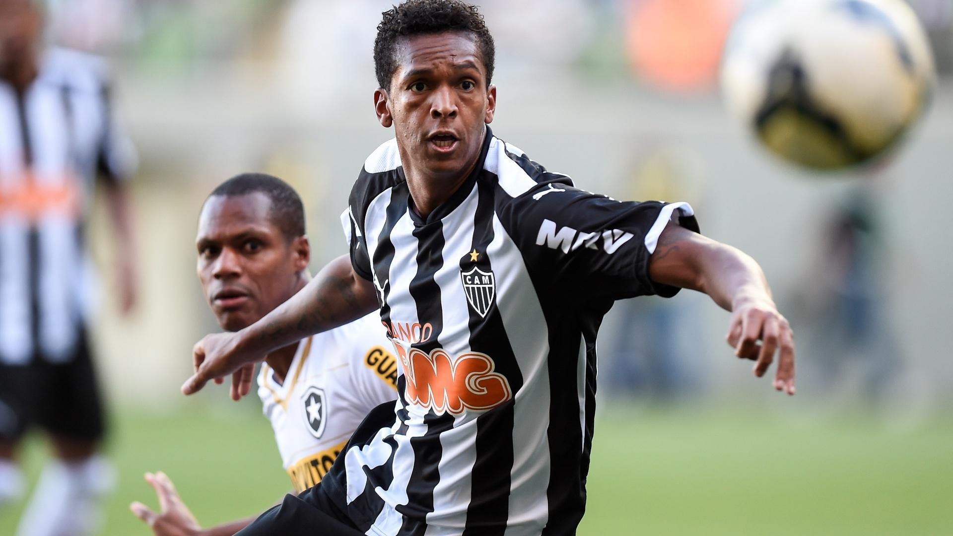 Jô tenta fazer a jogada na partida entre Atlético-MG e Botafogo pelo Brasileirão