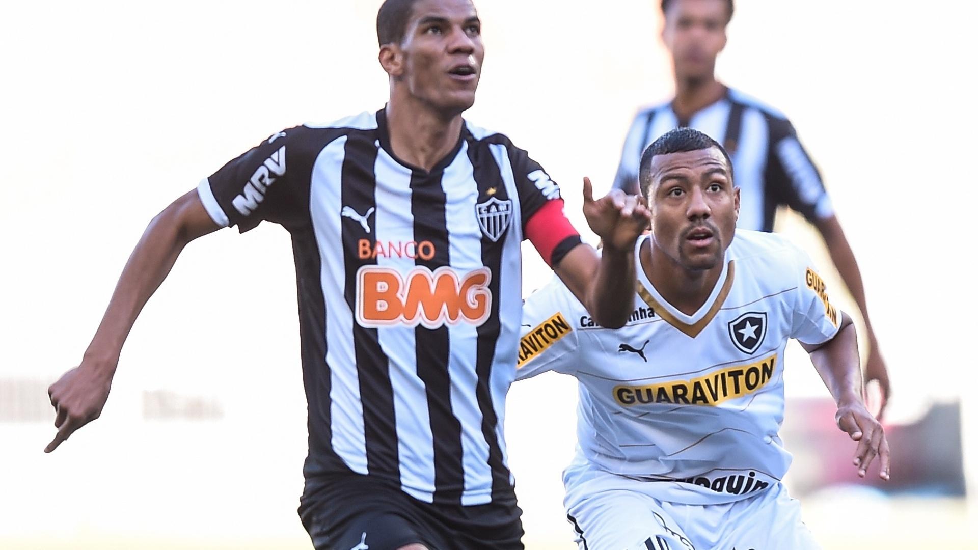 Leonardo Silva e Ramirez disputam bola na partida entre Atlético-MG e Botafogo pelo Brasileirão