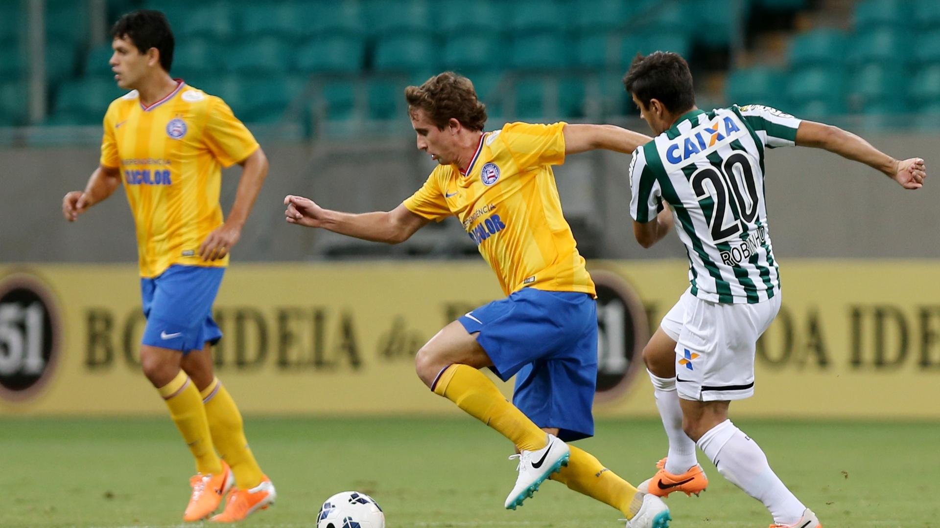 Rafael Miranda escapa da marcação do Coritiba em jogo do Bahia pelo Brasileirão